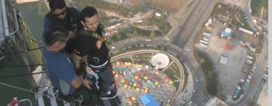 """بالفيديو..سعودي يقفز من أعلى قمة برج """"مكاو"""""""