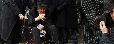 Ronnie Biggs' defiant funeral gesture