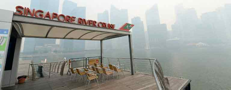 ": A Singapore River Cruise sits against the buildings blanketed by haze in Singapore on June 19, 2013. Singapore's Pollutant Standards Index again shot above the ""unhealthy"" threshold of 152. (AFP photo)"