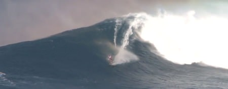 Man's crazy way to ride massive waves