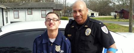Cop's sweet gesture strikes a chord