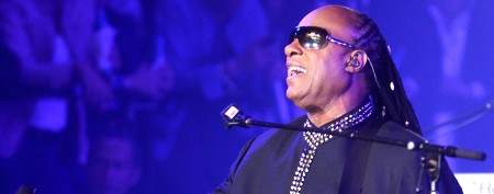 Stevie Wonder hits stage with daughter