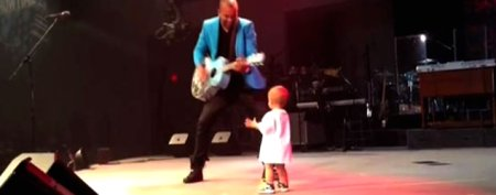 Dancing baby steals spotlight at concert