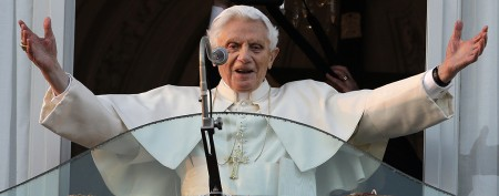 Pope Benedict bids last farewell to faithful