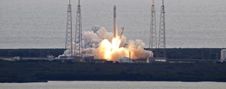 Glitch hits SpaceX rocket minutes into flight