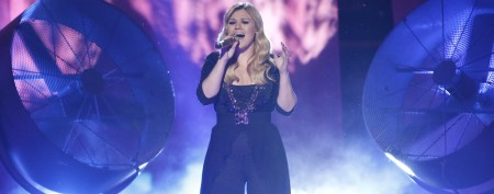 Singer breaks Kelly Clarkson's hot streak