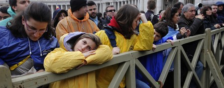 Papal crowds brave rain in hope of a sign