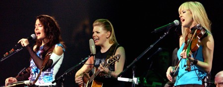 Controversial Dixie Chicks singer goes solo