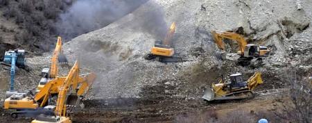 Massive landslide buries 83 gold miners