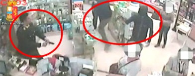 On cam: Thieves walk into shop, find a cop!