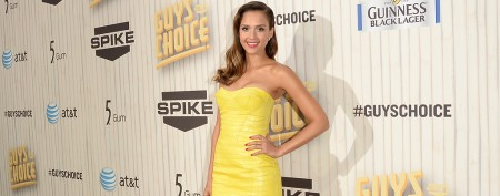 Jessica Alba rocks retro swimsuit