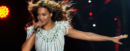 Beyoncé gets hair caught in fan, keeps singing