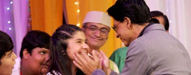 Who is this little girl with Shah Rukh