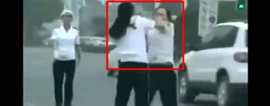 On cam: Two traffic cops fight on the street