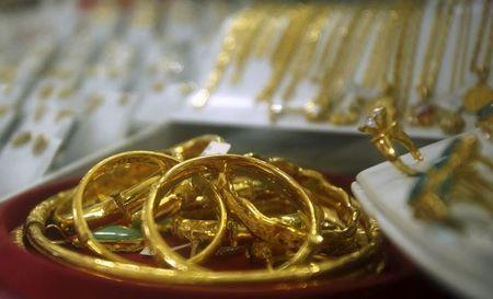 Gold rises back above $1,360 as talk of U.S. rate hikes fades