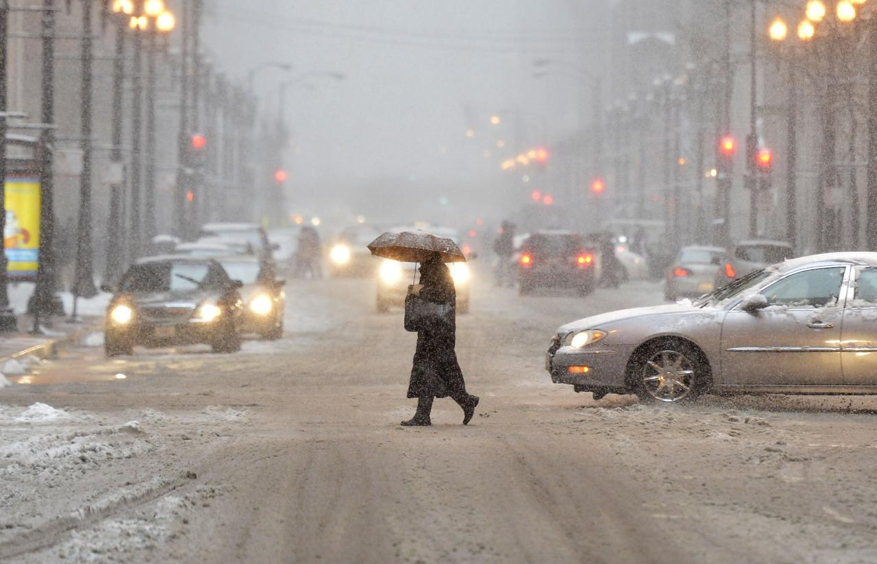 CHICAGO, IL - MARCH 5:  A pedestrian crosses the street as snow falls on March 5, 2013 in Chicago, Illinois. The worst winter storm of the season is expected to dump 7-10 inches of snow on the Chicago area with the worst expected for the evening commute.  (Photo by Brian Kersey/Getty Images)