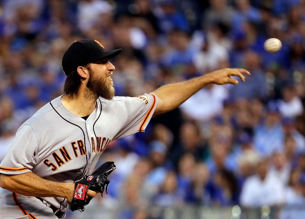 Starting pitcher Madison Bumgarner of the San Francisco Giants pitches during the 2nd inning of the game against the Kansas City Royals at Kauffman Stadium on April 19, 2017 (AFP Photo/JAMIE SQUIRE)