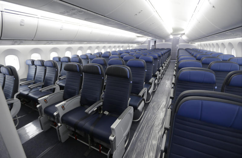United raising limit on payments to bumped flyers to $10000 class=