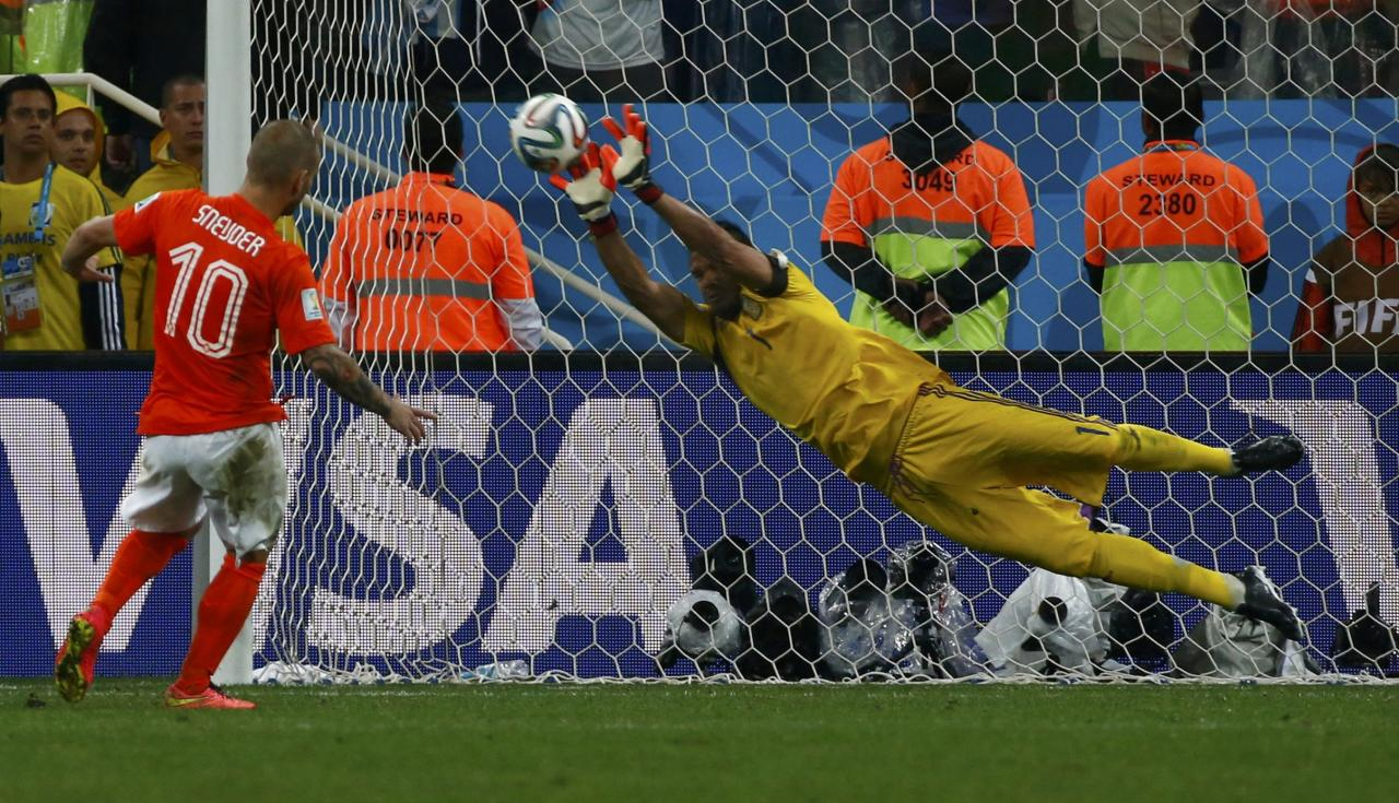 Argentina's goalkeeper Sergio Romero saves the third penalty shot from Wesley Sneijder of the Netherlands during a penalty shootout in their 2014 World Cup semi-finals at the Corinthians arena in Sao Paulo July 9, 2014. REUTERS/Michael Dalder (BRAZIL - Tags: SOCCER SPORT WORLD CUP TPX IMAGES OF THE DAY)