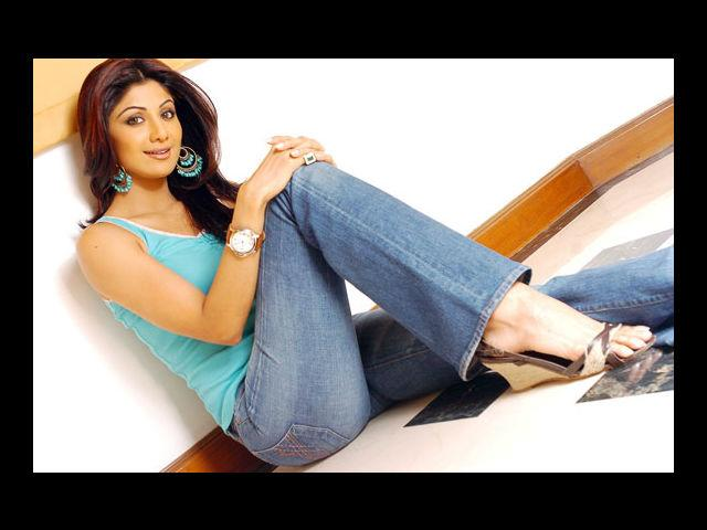 <b>5. Shilpa Shetty</b><br> Hot Shilpa Shetty flaunts her enviable sexy curves and believe you us; she works really hard for that figure of hers.