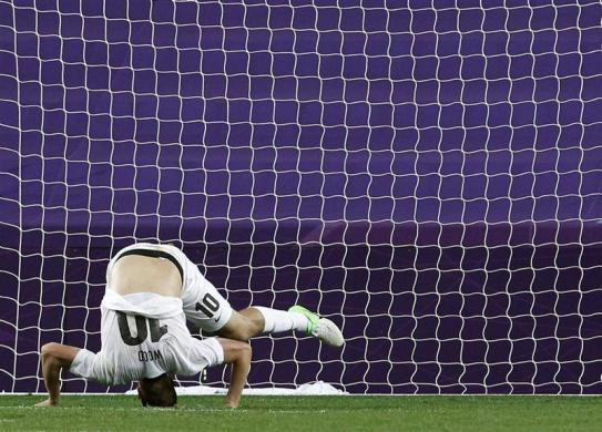 New Zealand's Chris Wood falls on the pitch during their men's Group C match against Belarus at the London 2012 Olympic Games in Coventry July 26, 2012.