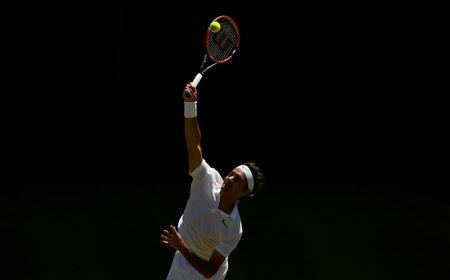 Britain Tennis - Wimbledon - All England Lawn Tennis & Croquet Club, Wimbledon, England - 6/7/16 Switzerland's Roger Federer in action against Croatia's Marin Cilic REUTERS/Tony O'Brien