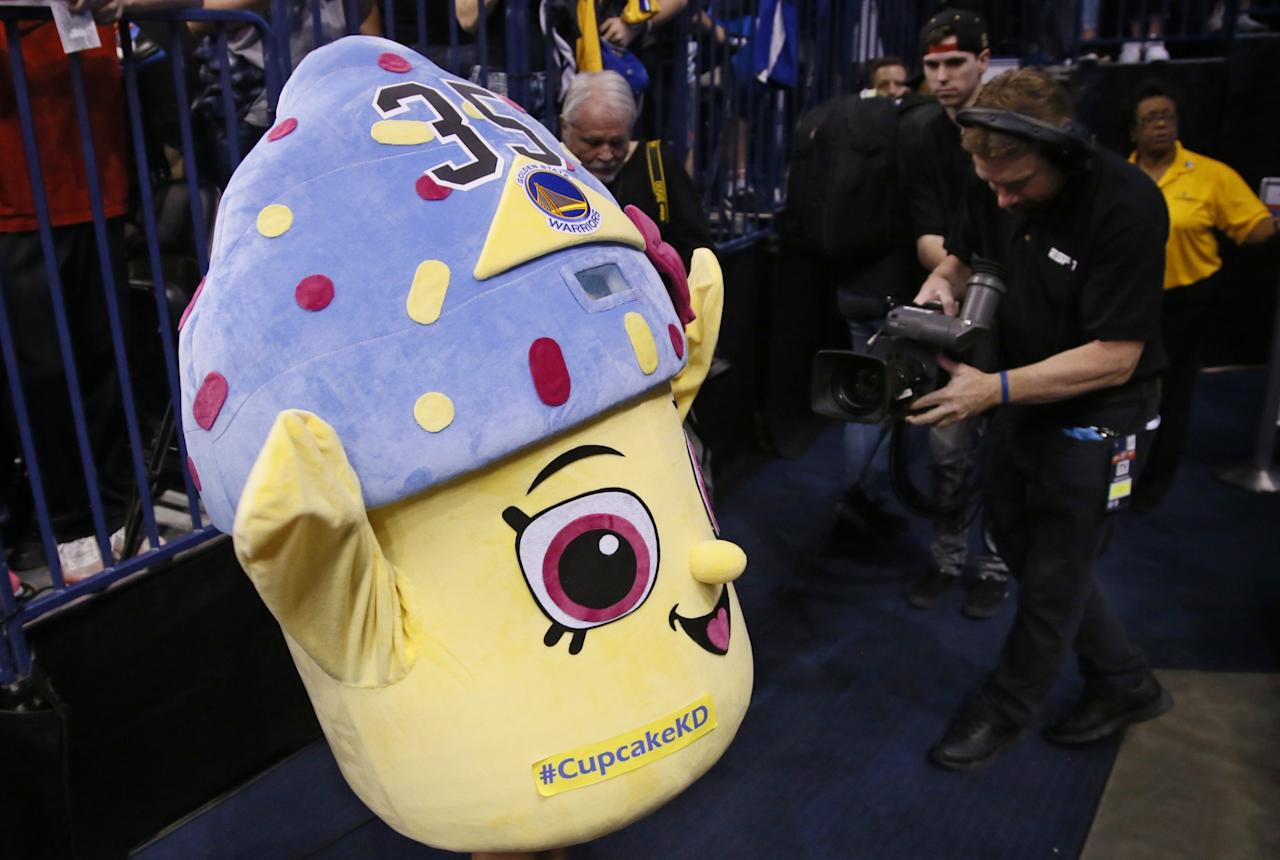 Thunder fan trolls injured Kevin Durant with cupcake costume, crutch