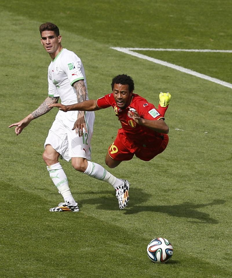 Belgium's Moussa Dembele (R) is fouled by Algeria's Carl Medjani during their 2014 World Cup Group H soccer match at the Mineirao stadium in Belo Horizonte June 17, 2014. REUTERS/Leonhard Foeger (BRAZIL - Tags: SOCCER SPORT WORLD CUP)