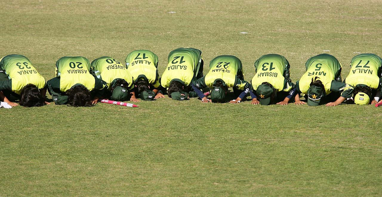 [ICCWWC2013] CANBERRA, AUSTRALIA - MARCH 09: Pakistan players pray after winning the ICC Women's World Cup 2009 round two group stage match between Sri Lanka and Pakistan at Manuka Oval on March 9, 2009 in Canberra, Australia.  (Photo by Mark Nolan/Getty Images)
