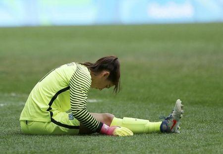 2016 Rio Olympics - Soccer - Quarterfinal - Women's Football Tournament Quarterfinal - Mane Garrincha Stadium - Brasilia, Brazil - 12/08/2016.  Goalie Hope Solo (USA) of USA reacts during the game. REUTERS/Ueslei Marcelino
