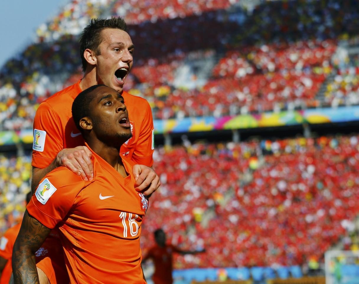 Leroy Fer of the Netherlands (front) celebrates after scoring a goal with teammate Stefan de Vrij during their 2014 World Cup Group B soccer match against Chile at the Corinthians arena in Sao Paulo June 23, 2014. REUTERS/Ivan Alvarado (BRAZIL - Tags: SOCCER SPORT WORLD CUP)