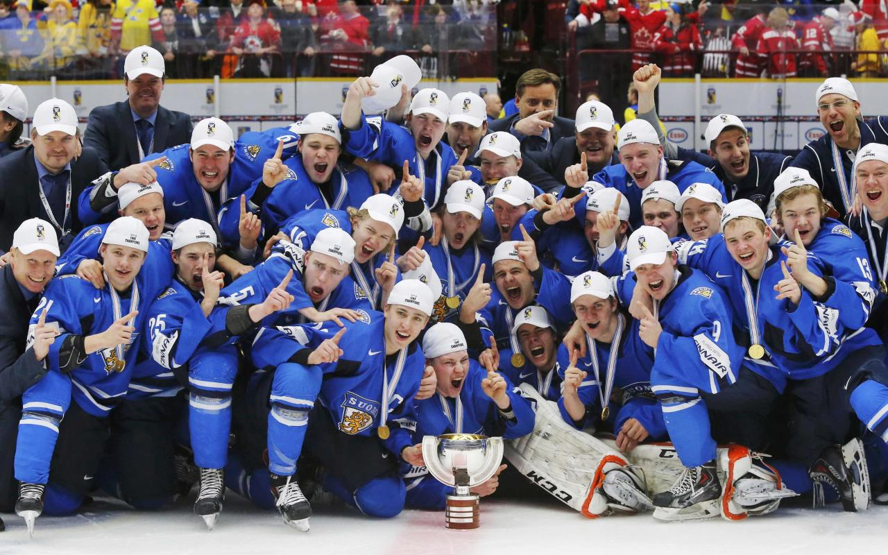 Finland players celebrate with the trophy after they defeated Sweden in overtime of their IIHF World Junior Championship gold medal ice hockey game in Malmo, Sweden, January 5, 2014. REUTERS/Alexander Demianchuk (SWEDEN - Tags: SPORT ICE HOCKEY)