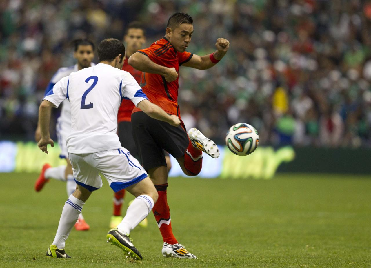 Mexico's Marco Fabian, fights for the ball with Israel's Yuval Spungin during a friendly soccer match in Mexico City, Wednesday, May 28, 2014. (AP Photo/Christian Palma)