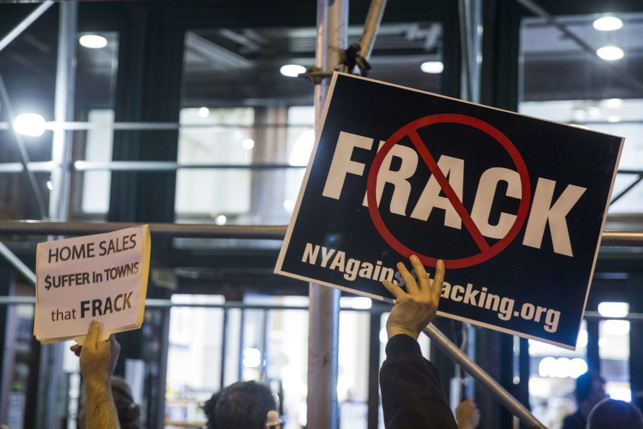 """Protesters demonstrate against fracking, as New York State Governor Andrew Cuomo takes part in a book signing promoting his new book, """"All Things Possible"""", in New York October 15, 2014.  REUTERS/Lucas Jackson (UNITED STATES - Tags: POLITICS ENERGY)"""