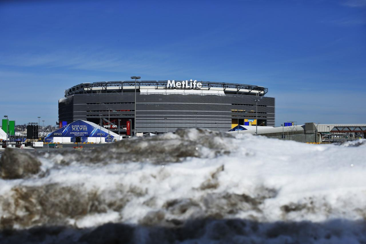 Snow is seen near the Metlife in East Rutherford, New Jersey, January 28, 2014. New Jersey's MetLife Stadium will host the first outdoor, cold-weather Super Bowl on February 2. As part of festivities, the NFL is sponsoring activities along 'Super Bowl Boulevard', located on Broadway between 34th and 47th streets in Manhattan. REUTERS/Eduardo Munoz (UNITED STATES - Tags: SPORT FOOTBALL ENVIRONMENT)