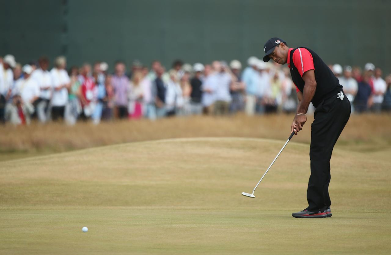 GULLANE, SCOTLAND - JULY 21: Tiger Woods of the United States putts on the 1st hole during the final round of the 142nd Open Championship at Muirfield on July 21, 2013 in Gullane, Scotland. (Photo by Andy Lyons/Getty Images)