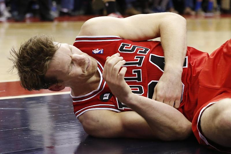 Bulls' Dunleavy hurts thumb in loss to Wizards