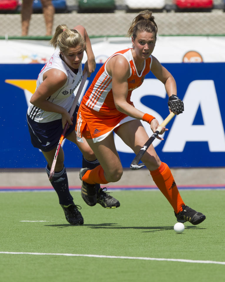 Netherlands' Daphne Van Der Velden battles for the ball with Crista Cullen, from England, during their Women's Champions Trophy field hockey match in Rosario, Argentina, Sunday, Jan. 29, 2012. (AP Photo/Eduardo Di Baia)