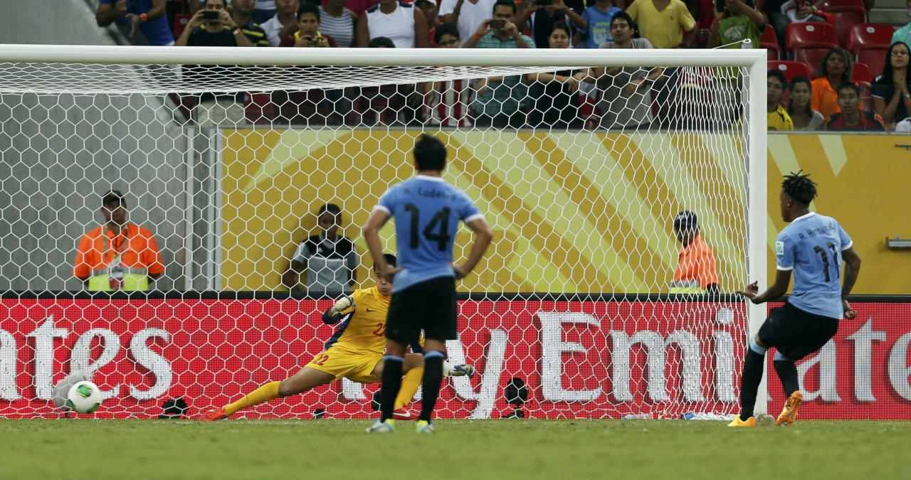 Uruguay's Abel Hernandez (R) scores a penalty goal for his fourth, and his team's sixth goal against Tahiti during their Confederations Cup Group B soccer match at the Arena Pernambuco in Recife June 23, 2013. REUTERS/Ivan Alvarado (BRAZIL - Tags: SPORT SOCCER)