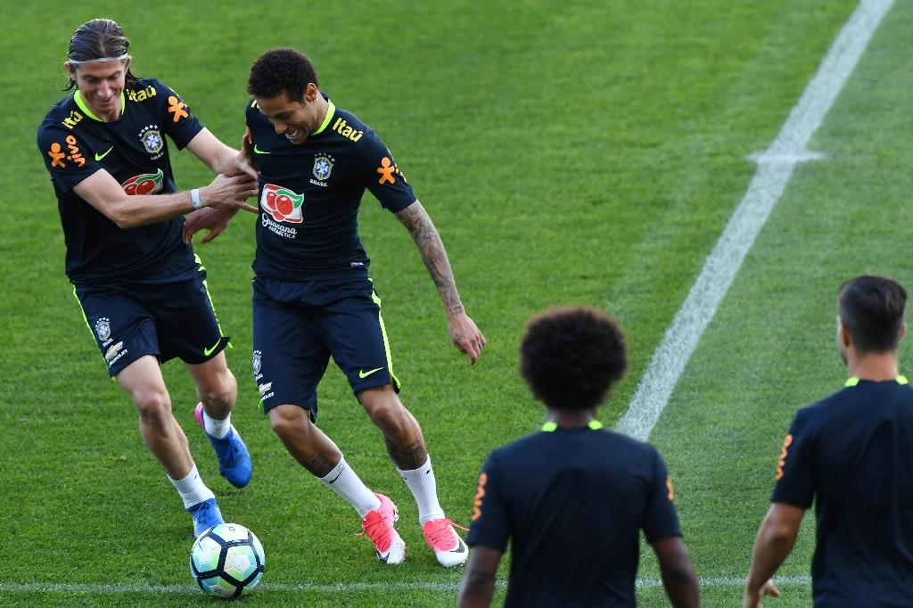 Brazil's Filipe Luis (L) and Neymar take part in a training session at the Arena Corinthians stadium in Sao Paulo, on March 26, 2017, ahead of their Russia 2018 World Cup qualifier against Paraguay (AFP Photo/Nelson Almeida)