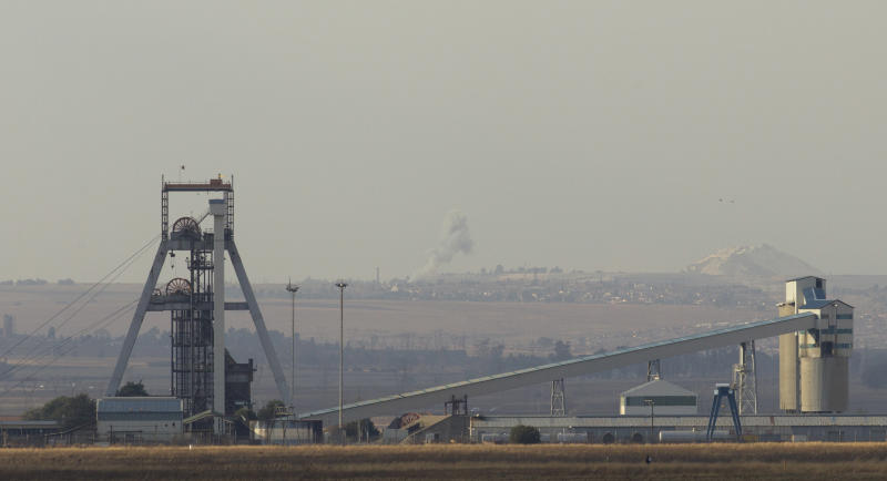 Many South African miners accept wage deal