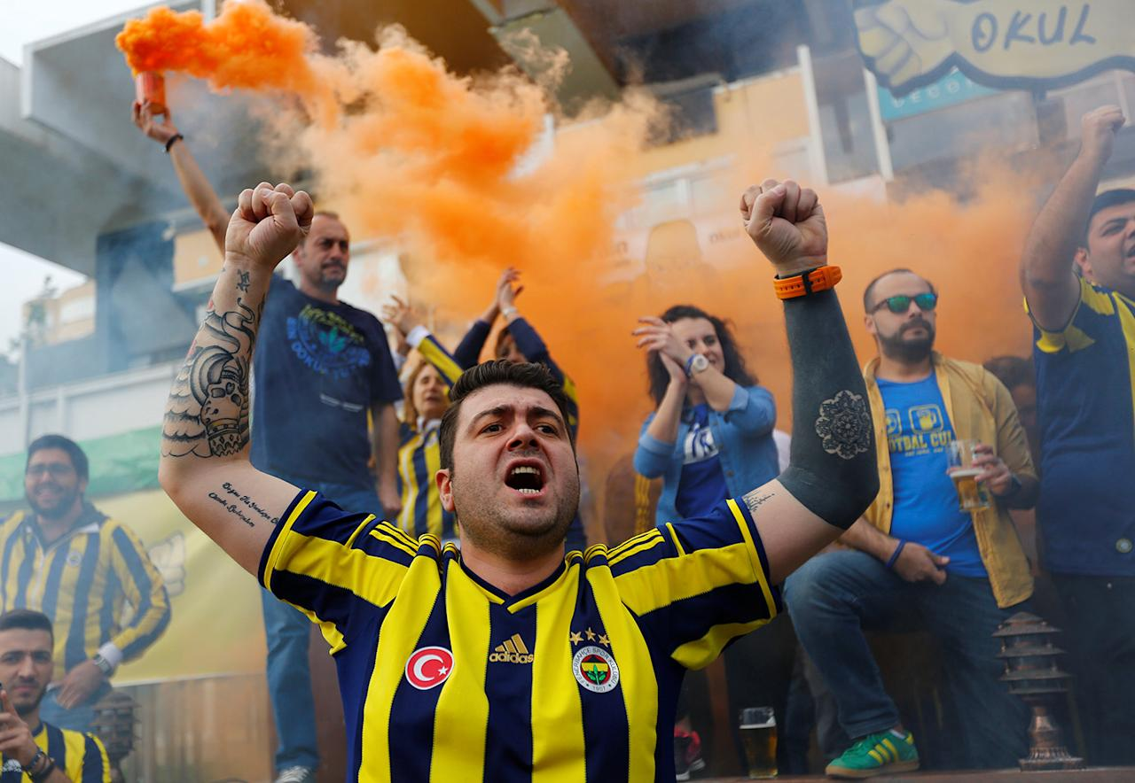 <p>Fenerbahce fans shout in support of anti-government demonstrators during a protest in Kadikoy district of Istanbul, Turkey, April 23, 2017. (Murad Sezer/Reuters) </p>