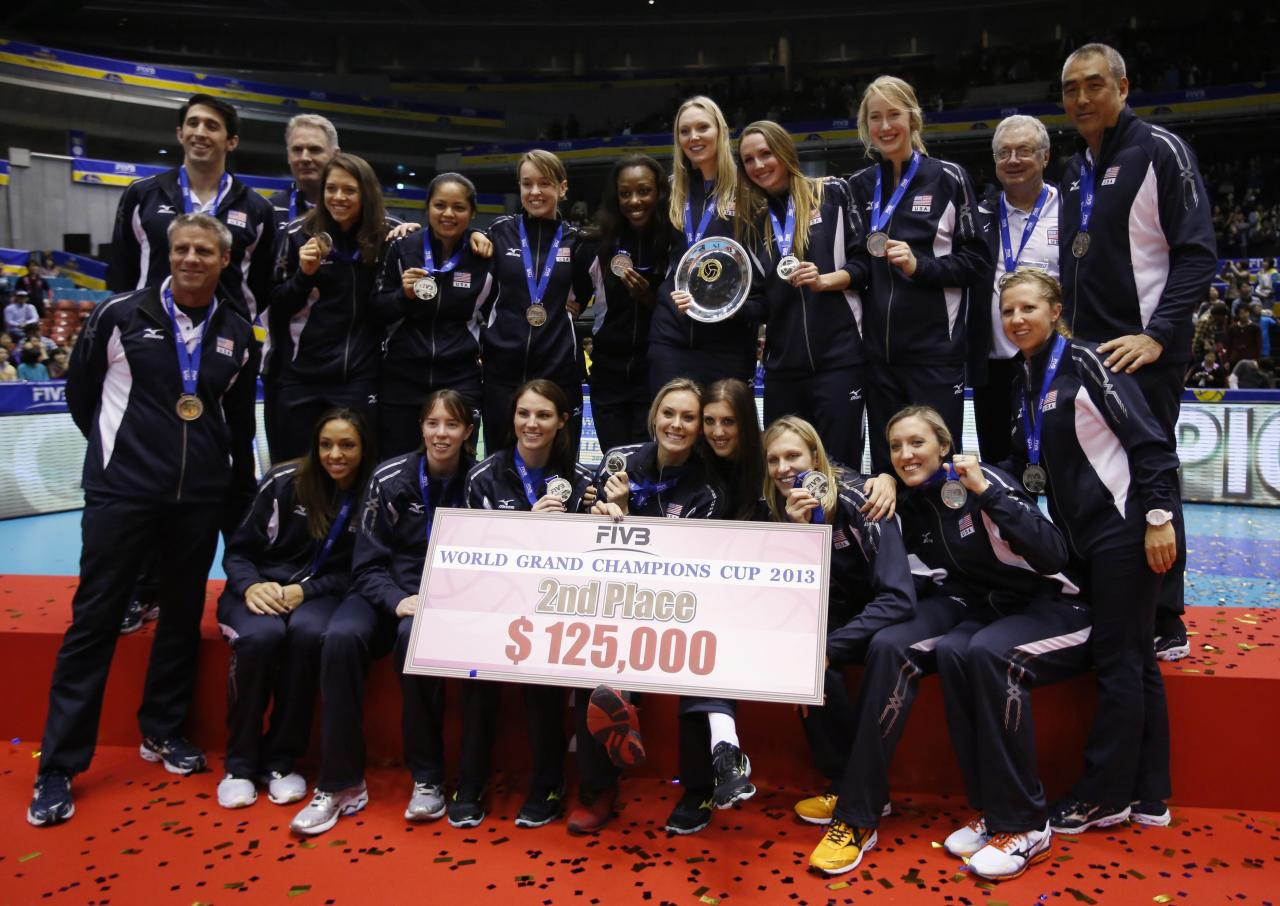Players and staff of the U.S. team pose after placing second and receiving their medals, on the final day of the FIVB Women's Volleyball World Grand Champions Cup in Tokyo November 17, 2013. REUTERS/Toru Hanai (JAPAN - Tags: SPORT VOLLEYBALL)
