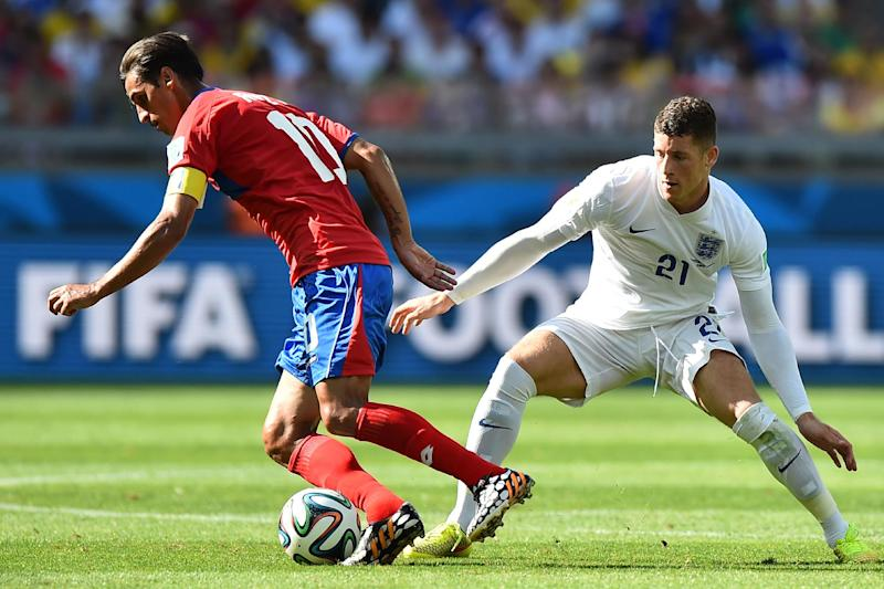 England's midfielder Ross Barkley (R) defends against Costa Rica's Bryan Ruiz on June 24, 2014, during the 2014 FIFA World Cup in Brazil