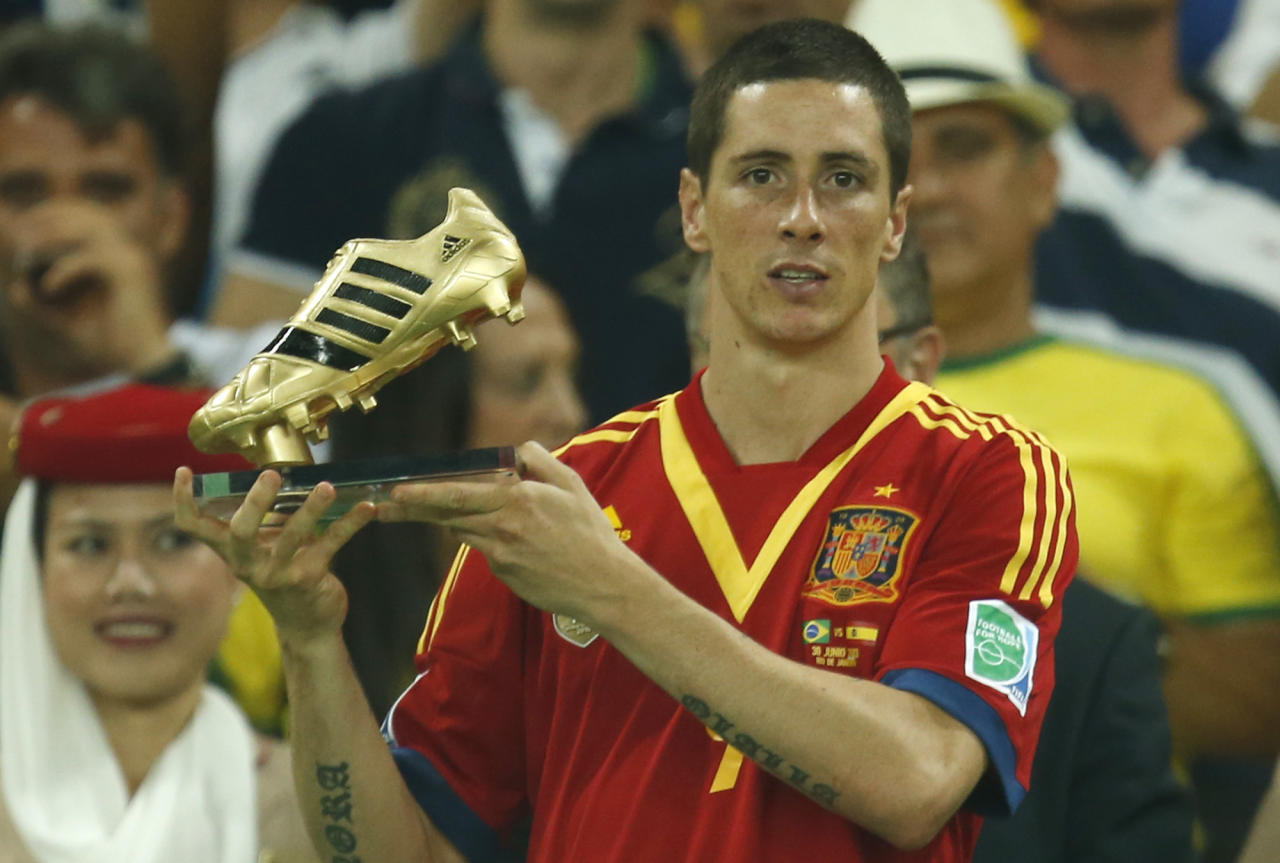 Spain's Fernando Torres holds the golden boot award as best scorer of the event after Spain lost the soccer Confederations Cup final between Brazil and Spain at the Maracana stadium in Rio de Janeiro, Brazil, Sunday, June 30, 2013. (AP Photo/Bruno Magalhaes)