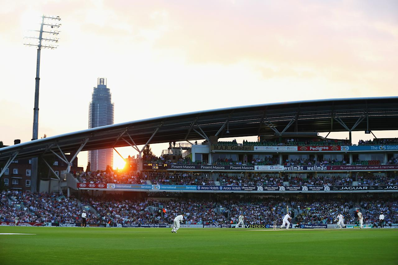 LONDON, ENGLAND - AUGUST 25:  A general view of play during day five of the 5th Investec Ashes Test match between England and Australia at the Kia Oval on August 25, 2013 in London, England.  (Photo by Ryan Pierse/Getty Images)
