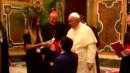 Man Proposes To Girlfriend In Front Of Pope Francis