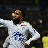 Arsenal have to pay £40m to sign Lyon striker Alexandre Lacazette