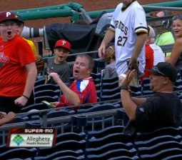 Pirates fan makes a perfect barehanded grab