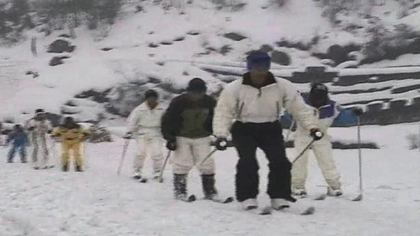 Season's first snowfall at Sikkim attracts tourists